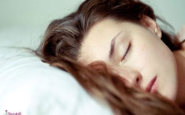 موهای خیس و عوارض آن – زمانی که با مو های خیس به خواب می روید چه اتفاقی می افتد؟